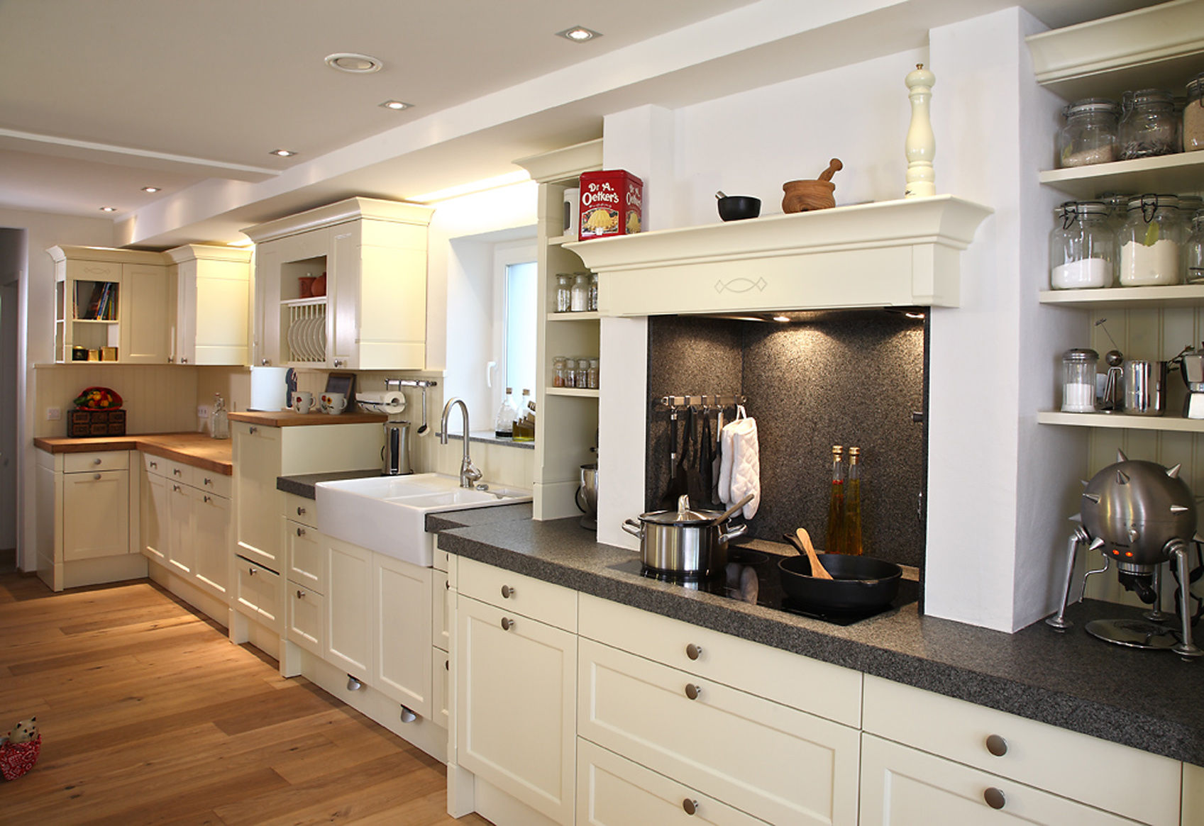 k che im landhaus stil mit kochnische. Black Bedroom Furniture Sets. Home Design Ideas