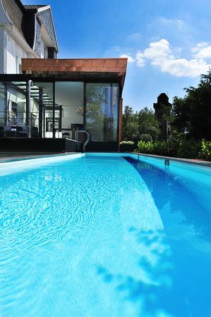 von der terrasse in den pool. Black Bedroom Furniture Sets. Home Design Ideas