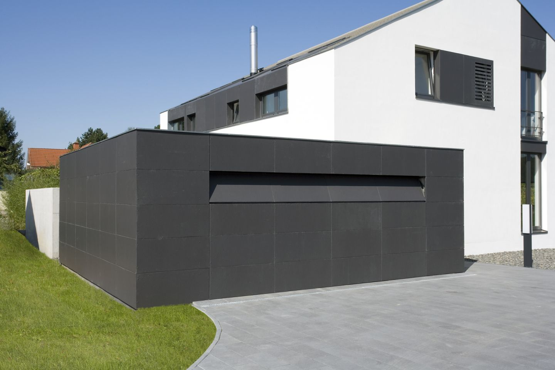 Moderne garage mit unsichtbar integriertem tor for Modernes einfamilienhaus mit garage