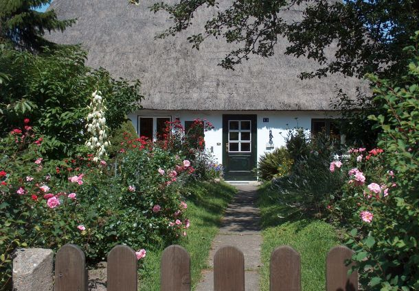 Der vorgarten gestaltung mit pflanzen und wegen for Vorgartengestaltung bilder