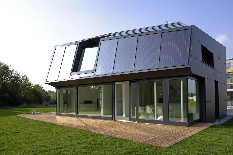 moderne fassade mit solaranlage. Black Bedroom Furniture Sets. Home Design Ideas