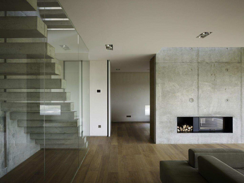 Treppe in modernem wohnraum - Betonwand wohnzimmer ...