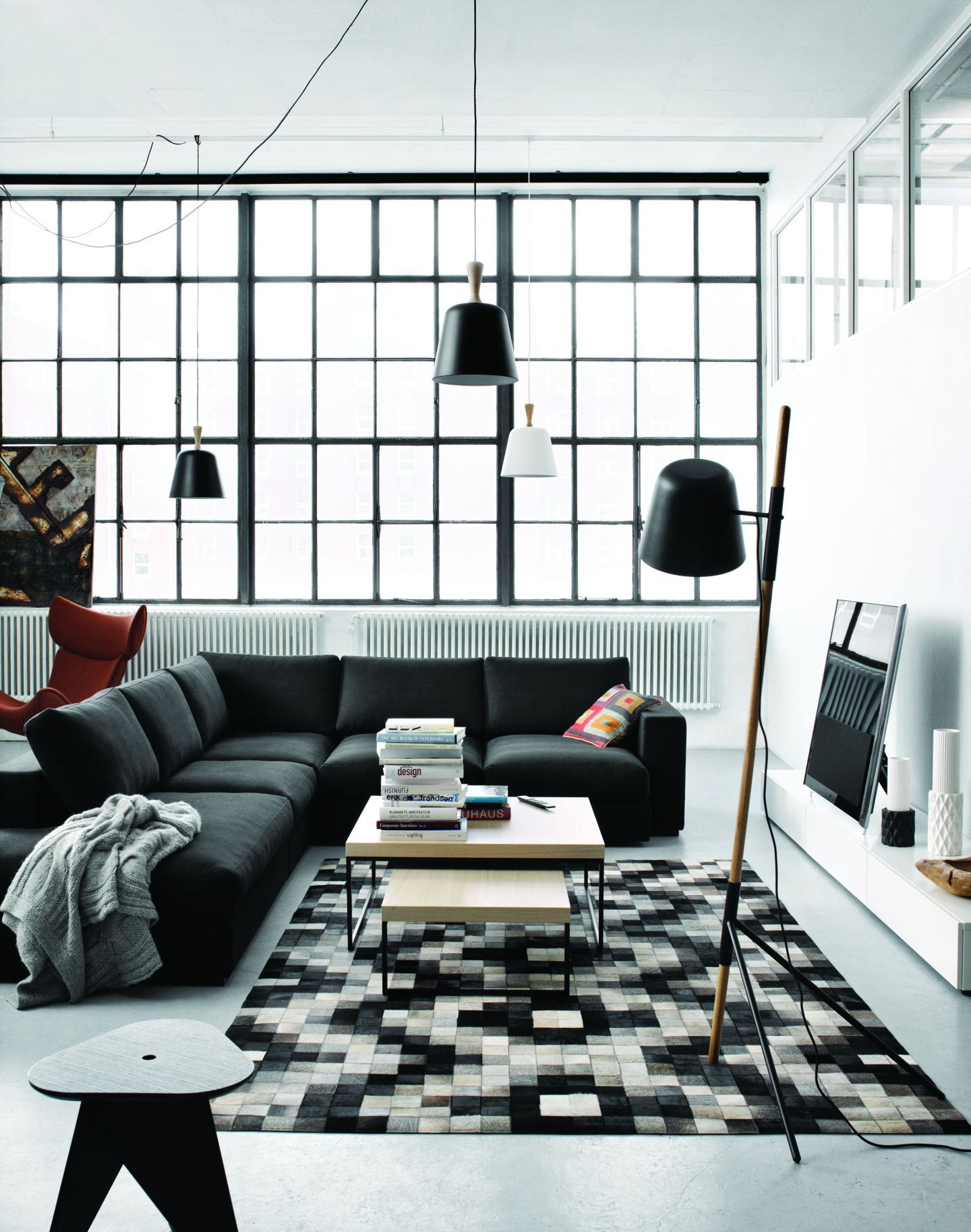 schwarz wei es wohnzimmer im industrie loft. Black Bedroom Furniture Sets. Home Design Ideas