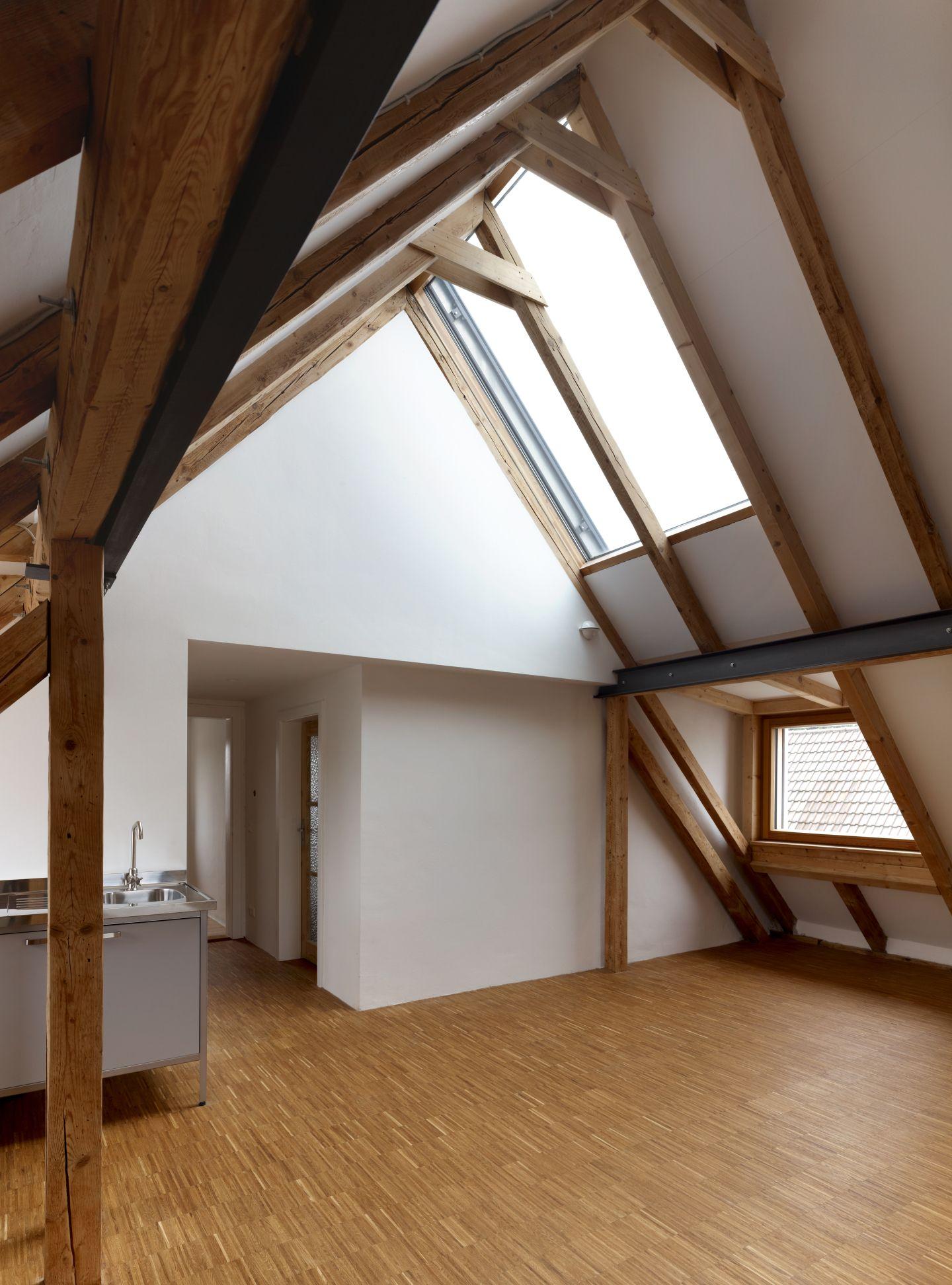 wohnzimmer in gro z gigem dachgeschoss. Black Bedroom Furniture Sets. Home Design Ideas